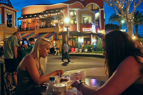 cenar-fuera-con-amigos