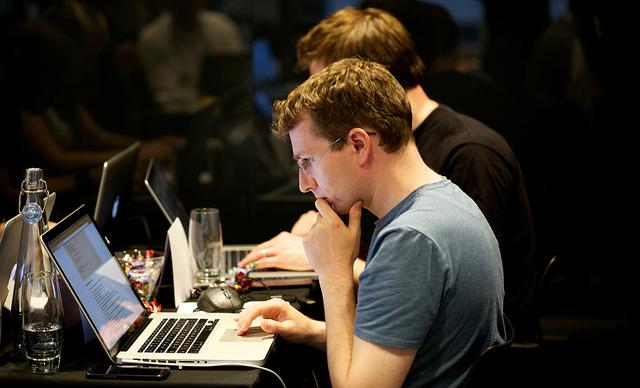 pensar-antes-de-publicar-enredes-sociales-mejora-tu-curriculum-mi-vida-freelance